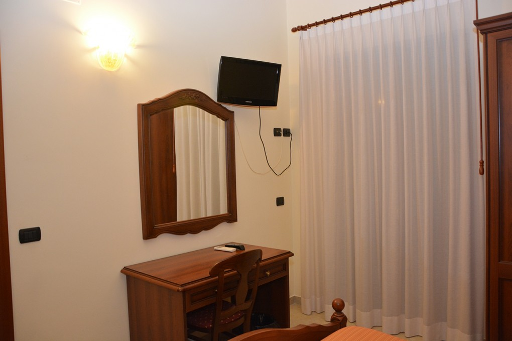 Pinus Rooms Camera Gialla
