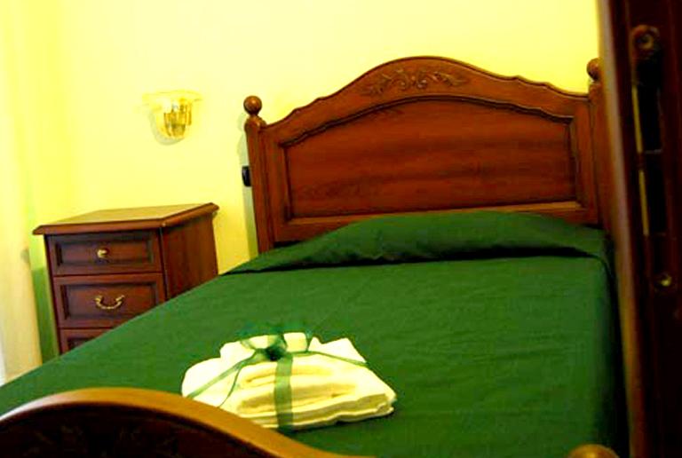 Pinus Camera verde - letto singolo